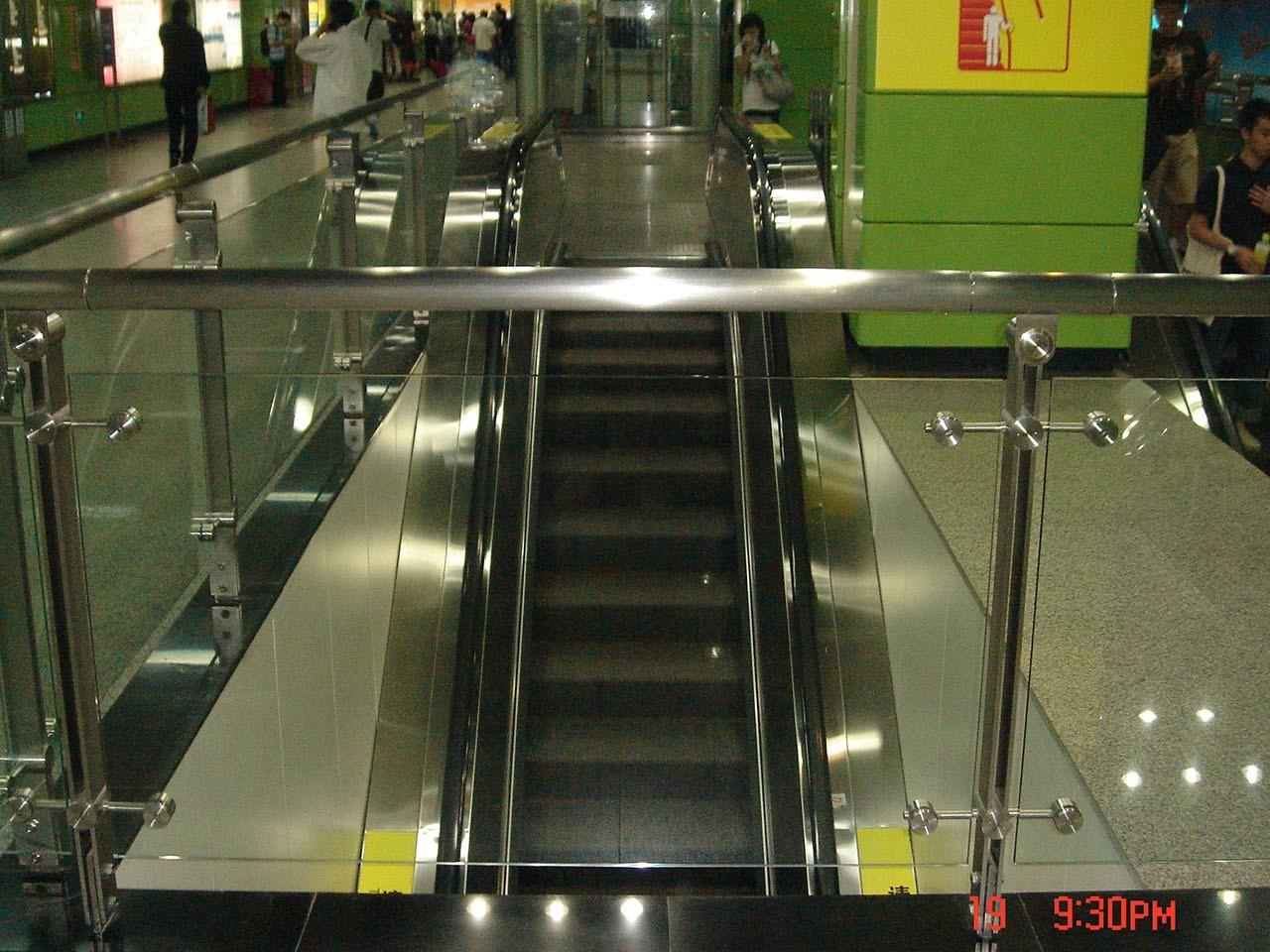 广州地铁站不锈钢玻璃扶手护栏工程